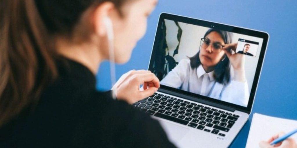 Les séances d'hypnose en visio permettent de garder un cadre sécuritaire tout en se faisant accompagner de chez soi. La transe hypnotique se crée facilement et de la même manière qu'en cabinet.