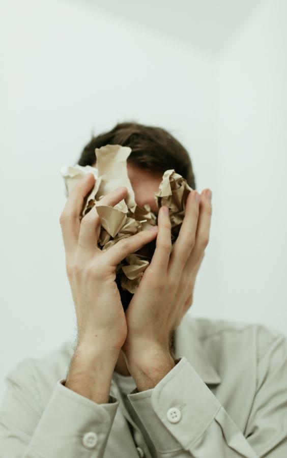 Jeune homme anxieux suite à un traumatisme