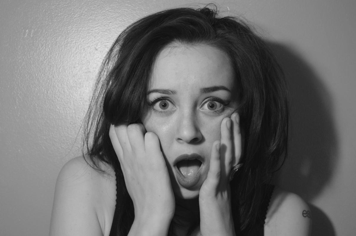 Une femme surprise par un choc émotionnel ou par une phobie