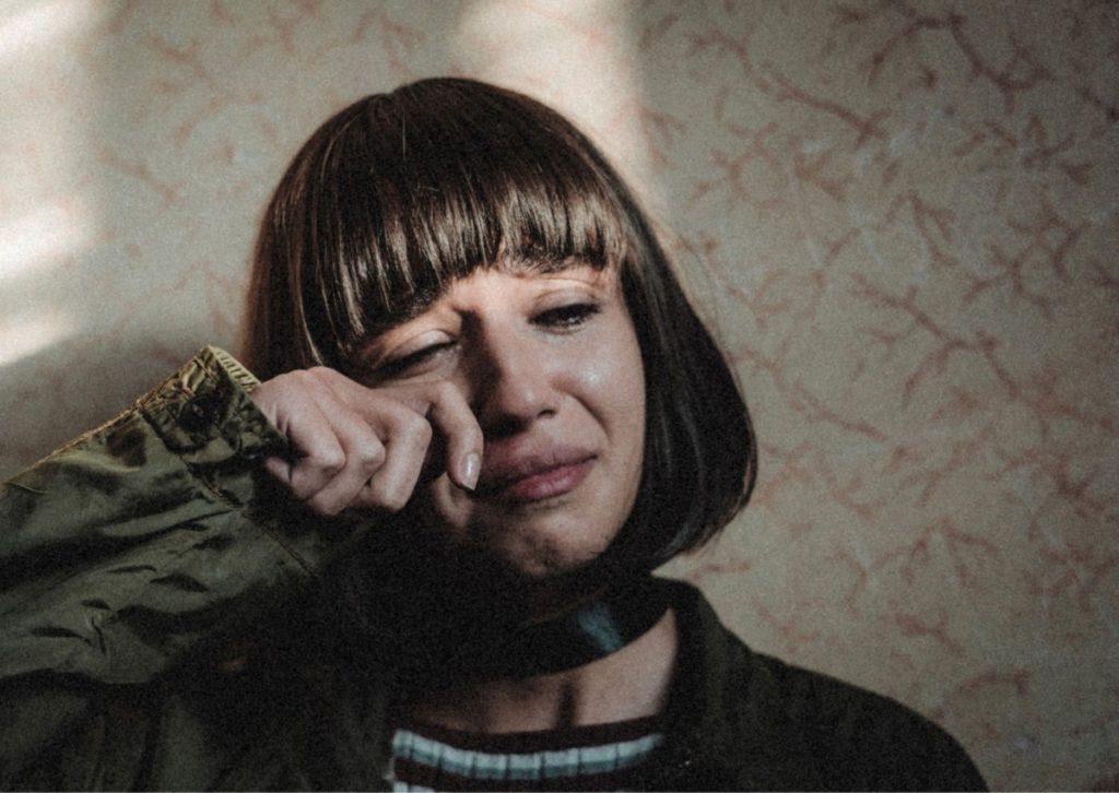 Jeune femme en larmes suite à un deuil