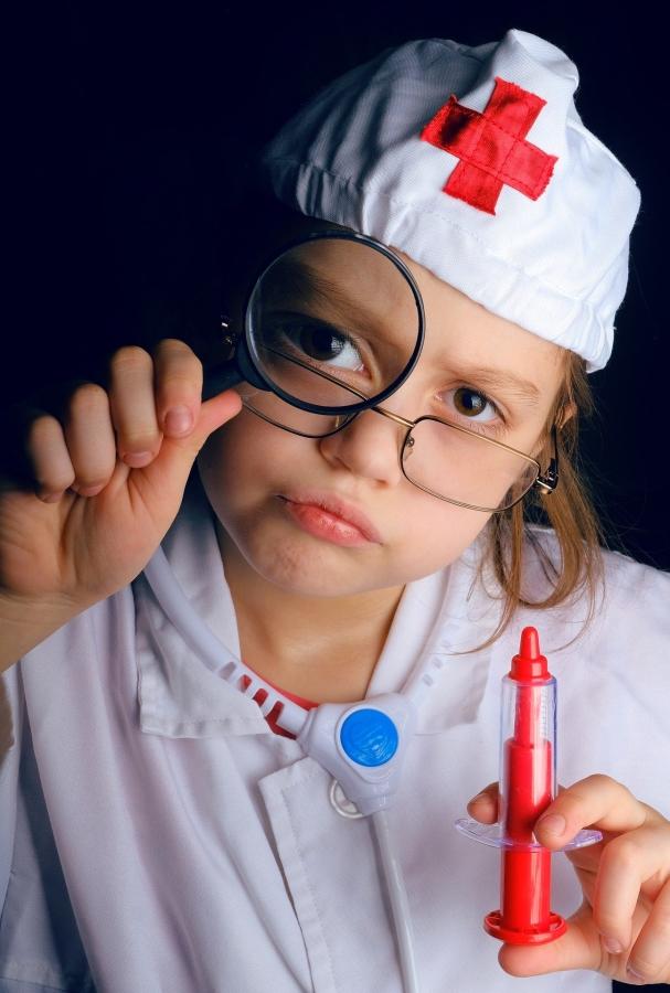 Un enfant qui joue au médecin sans les vértables connaissances.