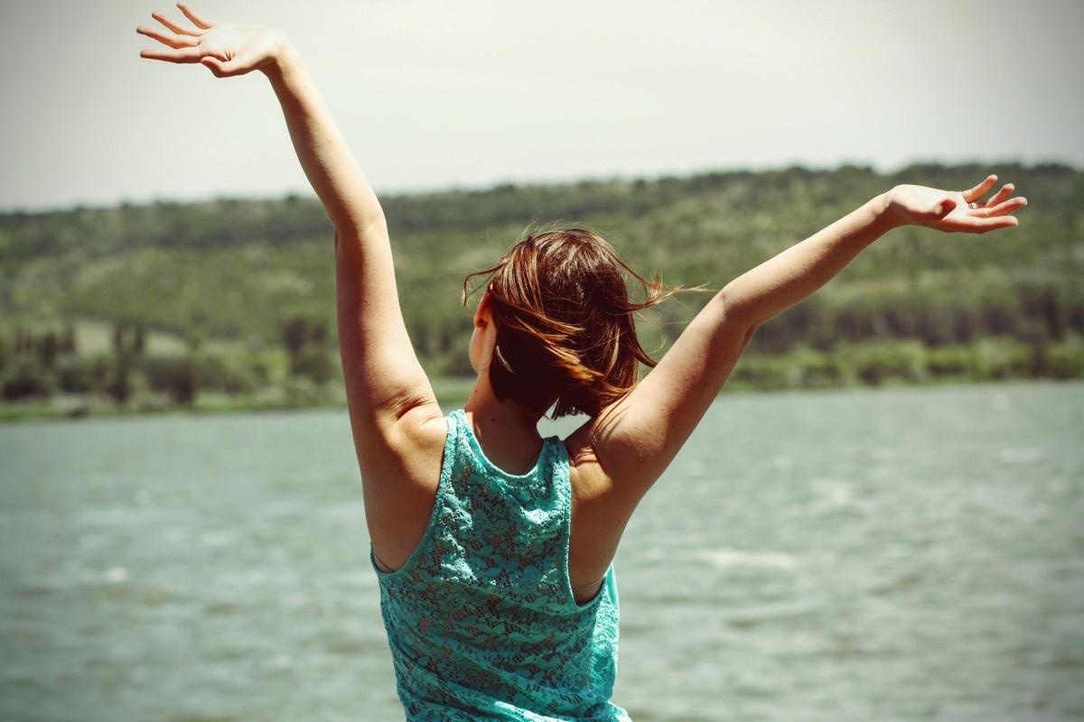 """Une femme heureuse et épanouie après une séance d""""hypnose"""
