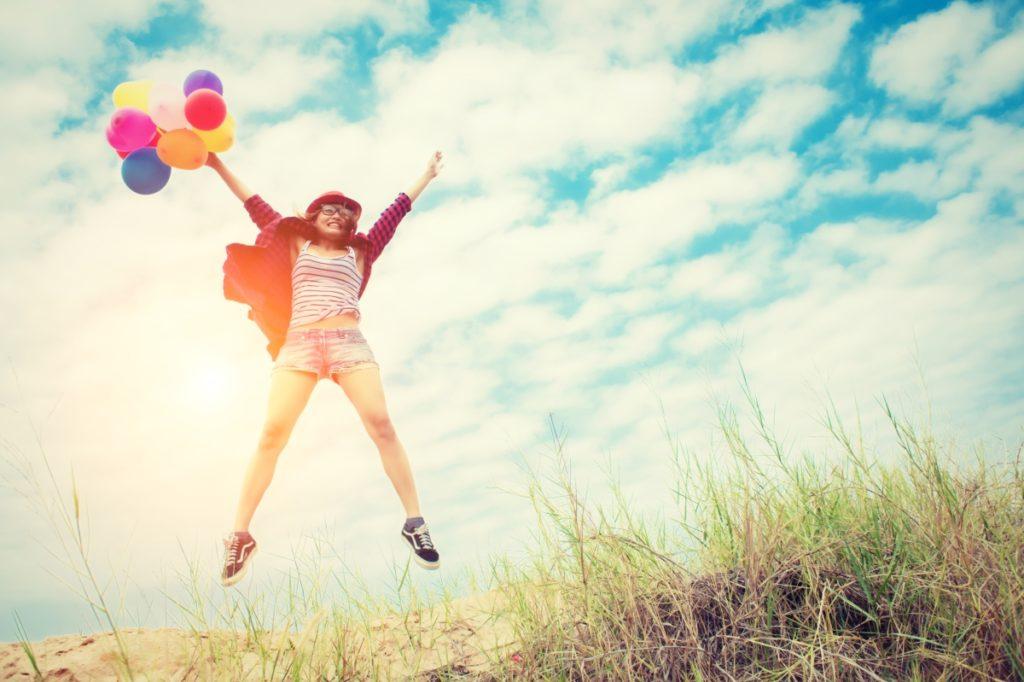 Une jeune femme plein de vie après s'être libérée de sa phobie