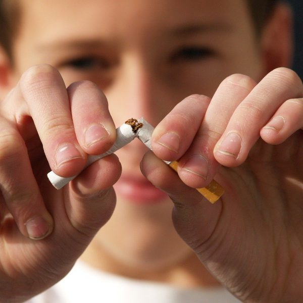 Un jeune homme heureux d'avoir arrêté de fumer